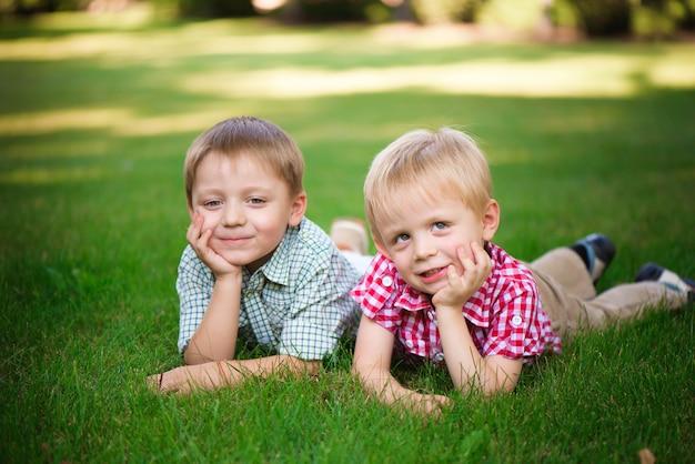Zwei jungen gehen und entspannen sich im park.