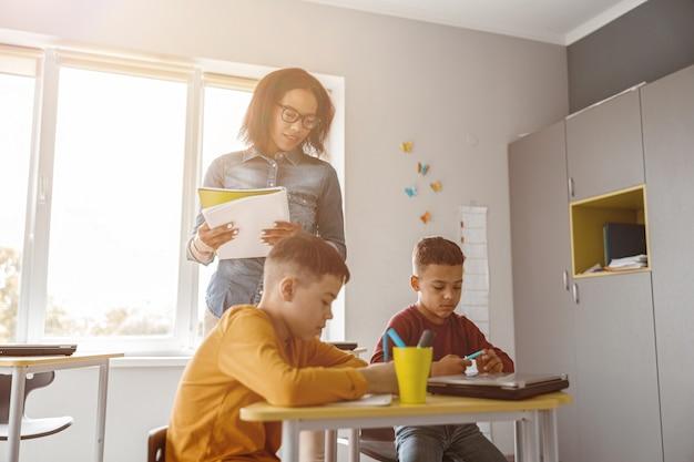 Zwei jungen schreiben während einer unterrichtsstunde und einer prüfung in der schule