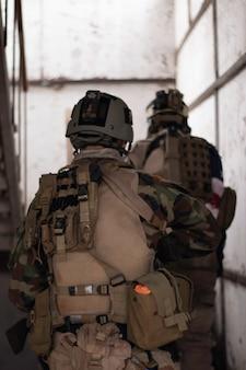 Zwei jungs in amerikanischer militäruniform stehen auf der treppe airsoft sportspiel militäreinheiten simu