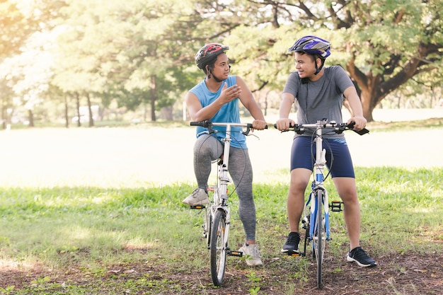 Zwei jungs sitzen auf dem fahrrad