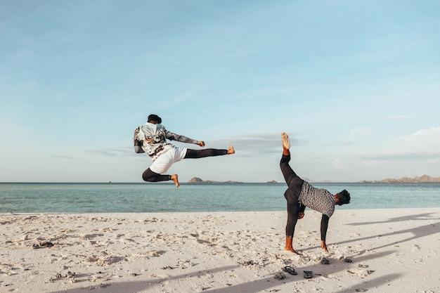 Zwei kämpfer trainieren am strand