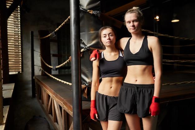 Zwei kämpferinnen posieren am ring