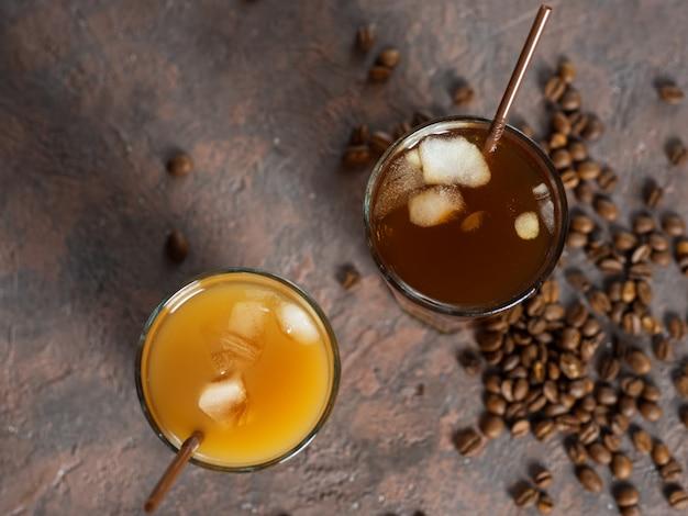 Zwei kalte kaffeegetränke. hausgemachter kaffee mit sahne und crushed ice
