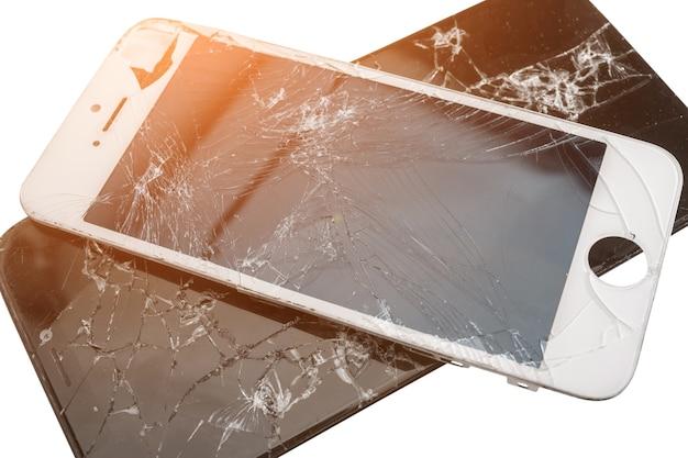 Zwei kaputte telefone isoliert auf weißem hintergrund, kaputter bildschirm