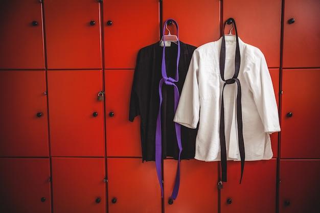 Zwei karateuniformen hängen am schließfach