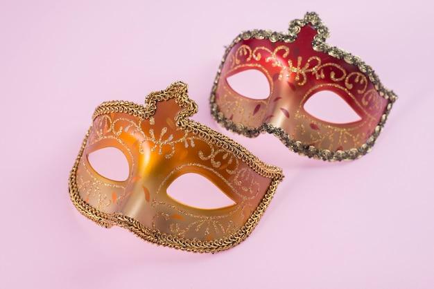 Zwei karnevalsmasken auf dem tisch