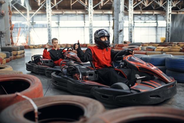 Zwei kart-rennfahrer, kart-autosport indoor.