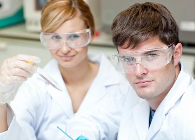 Zwei kaukasische wissenschaftler, die experimente tun