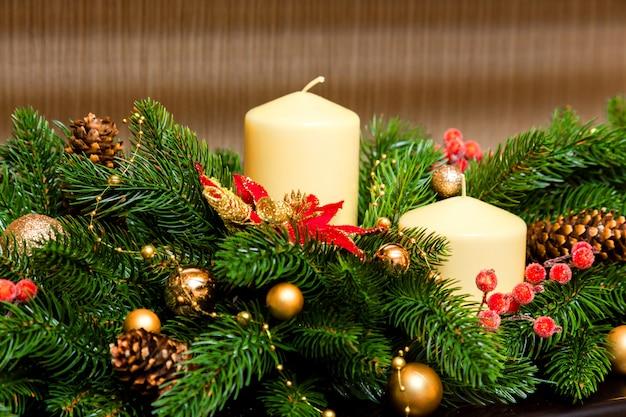 Zwei kerzen in der dekoration des weihnachtsbaumes