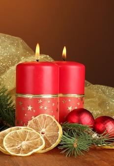 Zwei kerzen und weihnachtsschmuck