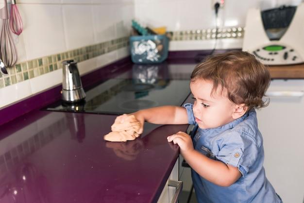 Zwei kinder bereiten pfannkuchen mit einem küchenroboter vor.