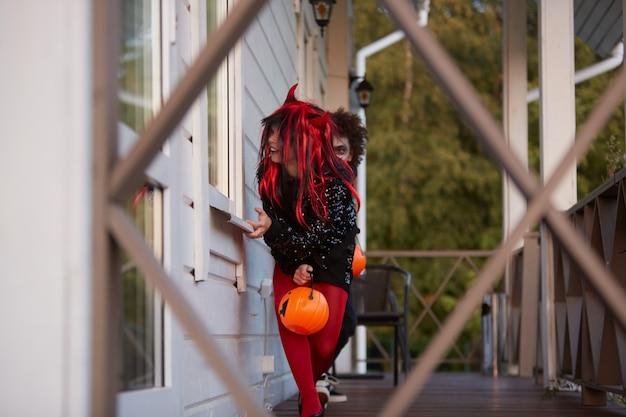 Zwei kinder, die spiele an halloween spielen