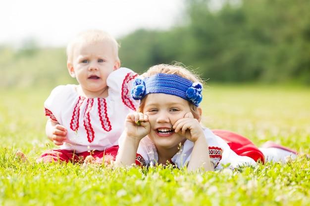 Zwei kinder in traditioneller volkskleidung