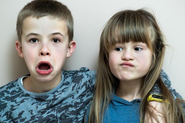 Zwei kinder jungen und mädchen herumalbern spaß miteinander. glückliches kindheitskonzept.