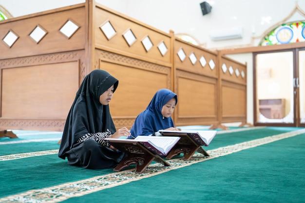 Zwei kinder lesen den heiligen koran