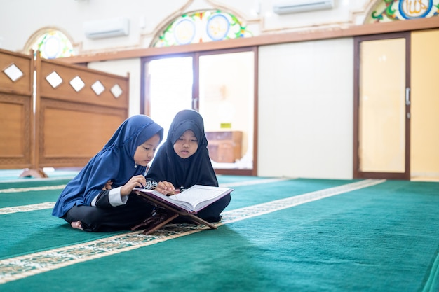 Zwei kinder lesen den heiligen koran Premium Fotos
