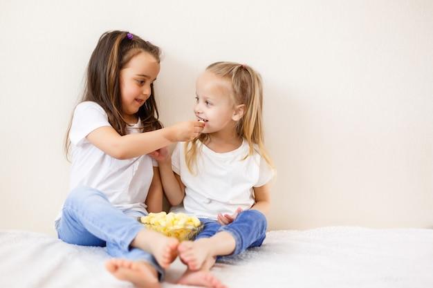 Zwei kinder mit popcorn gegen den weißen hintergrund