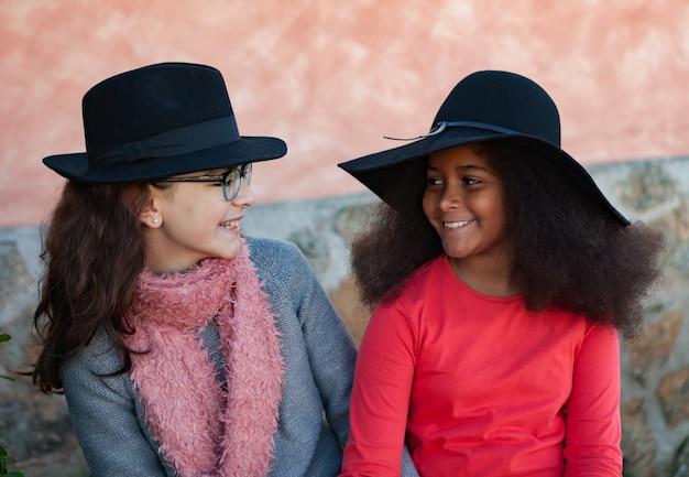 Zwei kinder mit stilvollen hüten