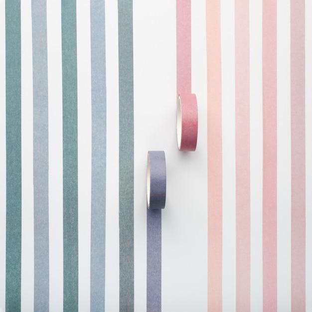 Zwei klebebandrollen und parallele streifen