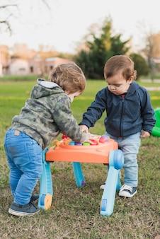 Zwei kleine brüder, die mit musikalischem spielzeug spielen