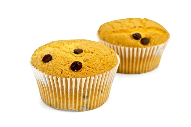 Zwei kleine cupcakes mit schokoladenkugeln auf weißem hintergrund