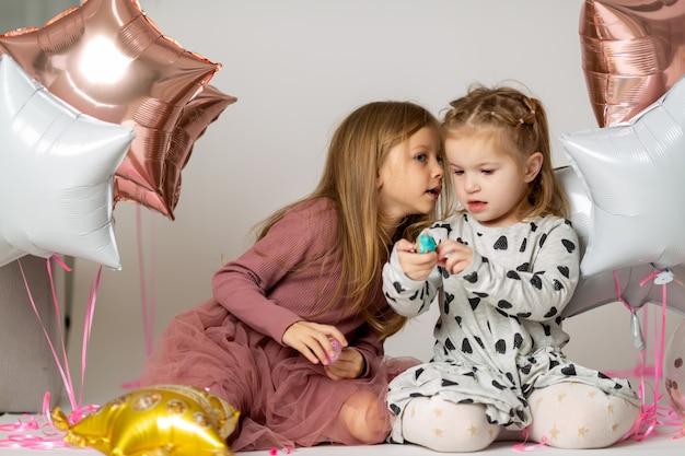 Zwei kleine freunde, die geheimnisse erzählen
