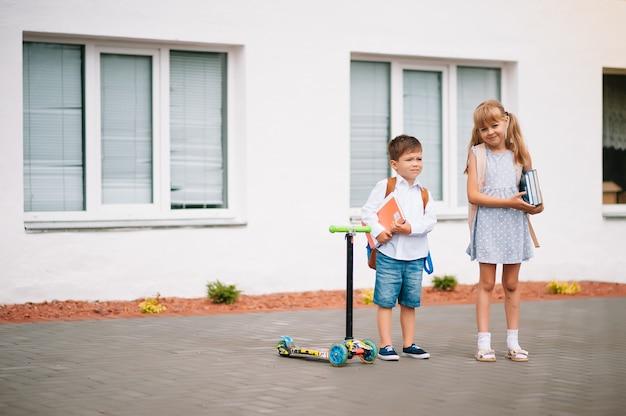Zwei kleine freunde gehen zur schule. schulkinder. zurück zur schule