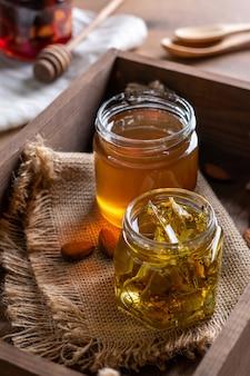 Zwei kleine gläser honig