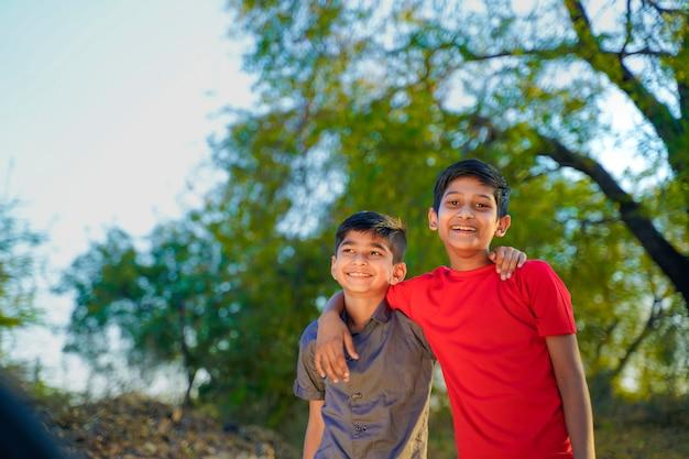 Zwei kleine indische brüder, die sich umarmen