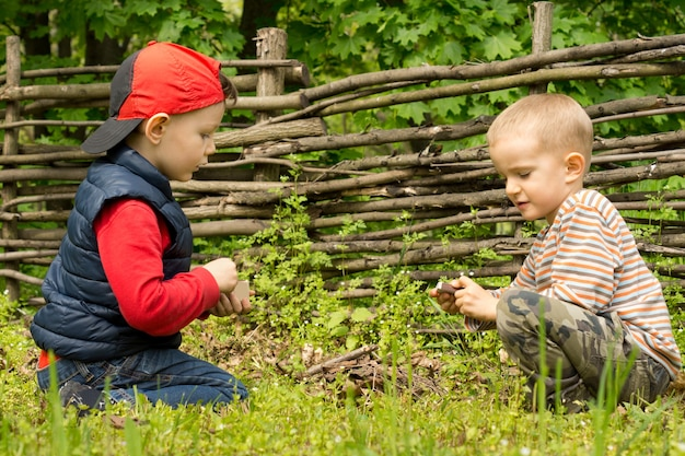Zwei kleine jungs haben spaß beim feuermachen