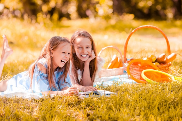 Zwei kleine kinder beim picknick im park
