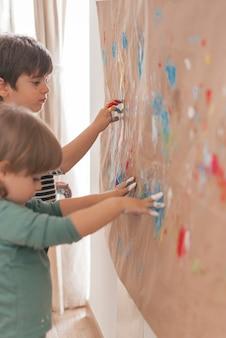 Zwei kleine kinder malen zusammen
