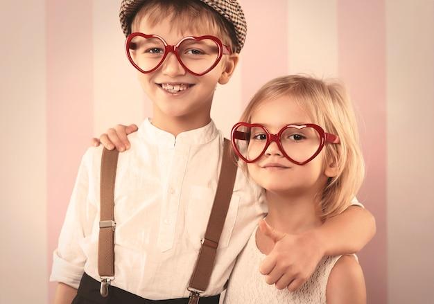 Zwei kleine kinder mit lustiger brille