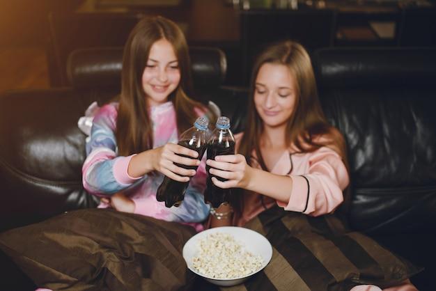 Zwei kleine mädchen in einem süßen pyjama