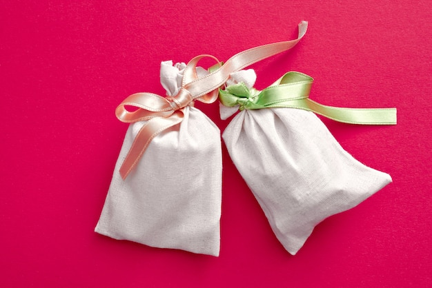 Zwei kleine säcke mit buntem band
