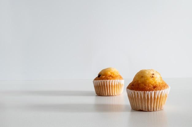 Zwei kleine schokostückchen-muffins