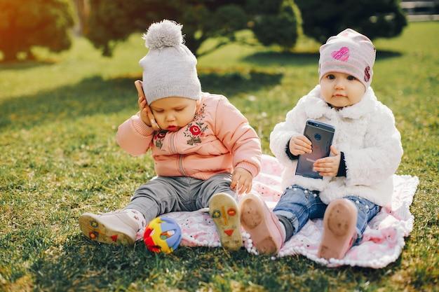 Zwei kleine schwestern in einem park
