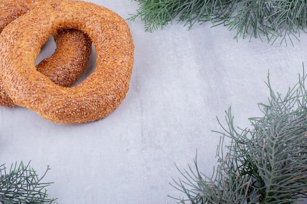 Zwei knackige bagels auf weißem hintergrund.