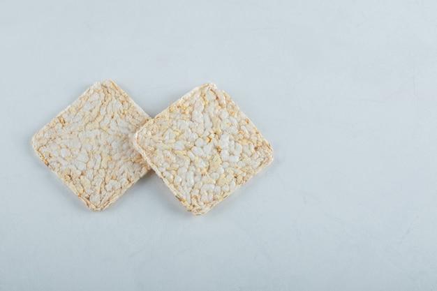 Zwei köstliche luftige knäckebrote auf weiß.