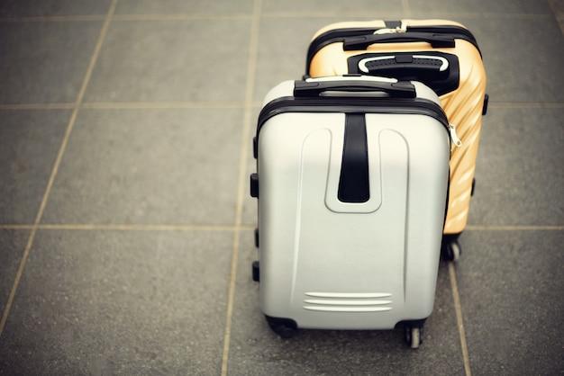 Zwei koffer auf grauem unscharfem boden