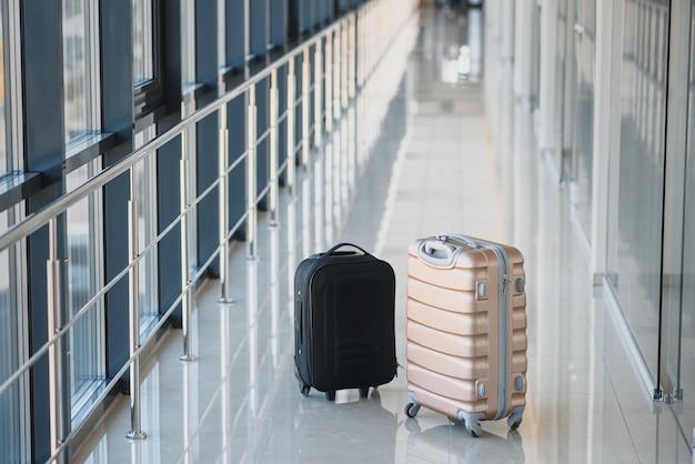 Zwei koffer in der abflughalle des flughafens