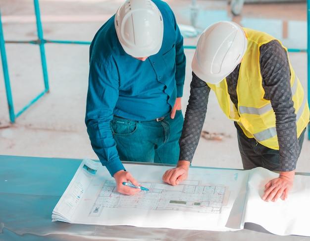 Zwei kollegen, die an einem projekt arbeiten.