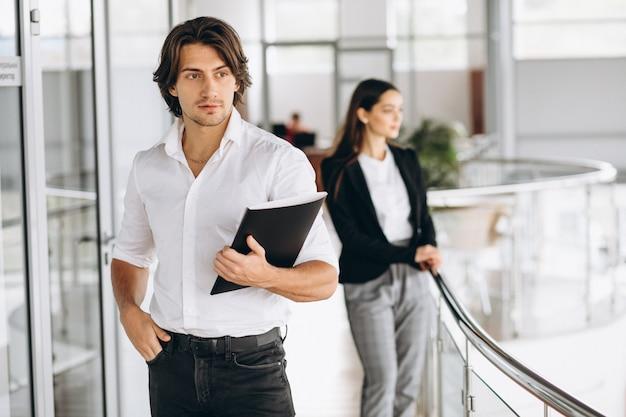 Zwei kollegen, die in einem geschäftszentrum arbeiten