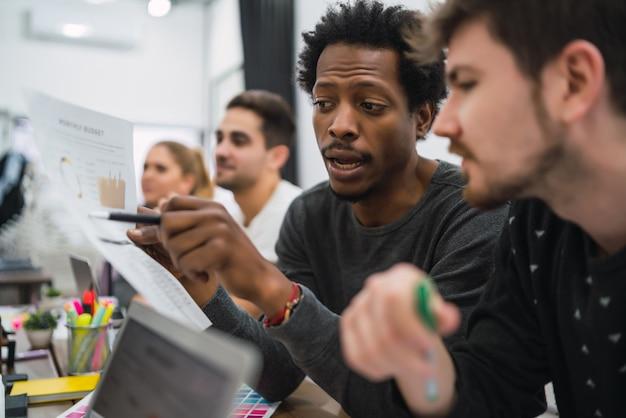 Zwei kreative designer, die in einem projekt zusammenarbeiten und neue ideen am arbeitsplatz austauschen. geschäfts- und teamarbeitskonzept.