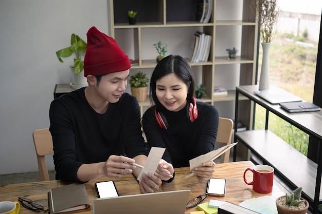 Zwei kreative designer diskutieren ideen und arbeiten im büro zusammen.