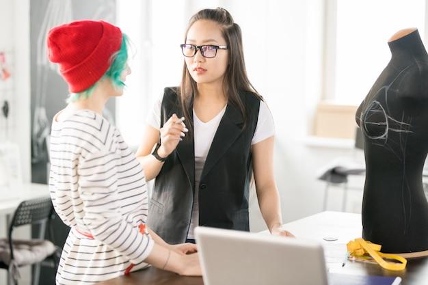 Zwei kreative junge frauen, die im atelier workshop arbeiten