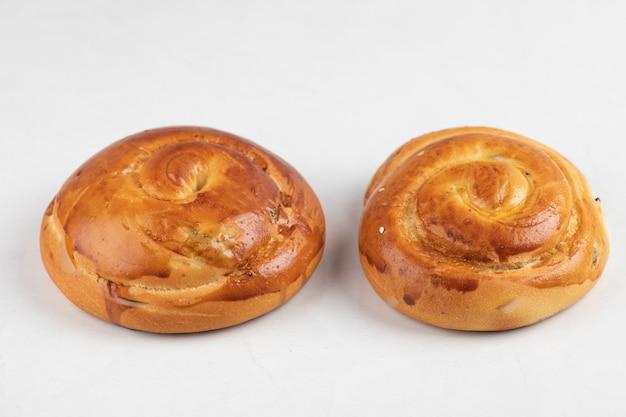 Zwei kreisförmige frische backwaren auf einer weißen oberfläche