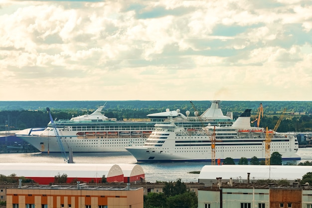 Zwei kreuzfahrtschiffe in riga. tourreisen und wellnessangebote