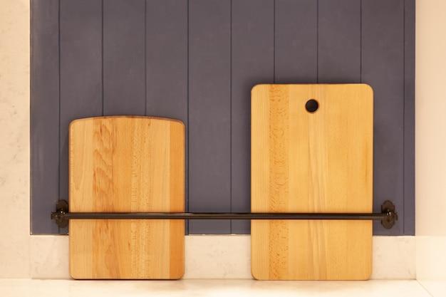 Zwei küchenschneidebretter senkrecht auf der arbeitsplatte platziert