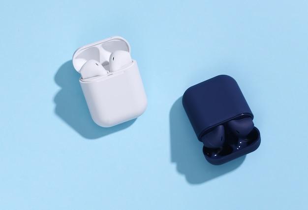 Zwei ladekoffer mit echten kabellosen bluetooth-kopfhörern oder ohrhörern
